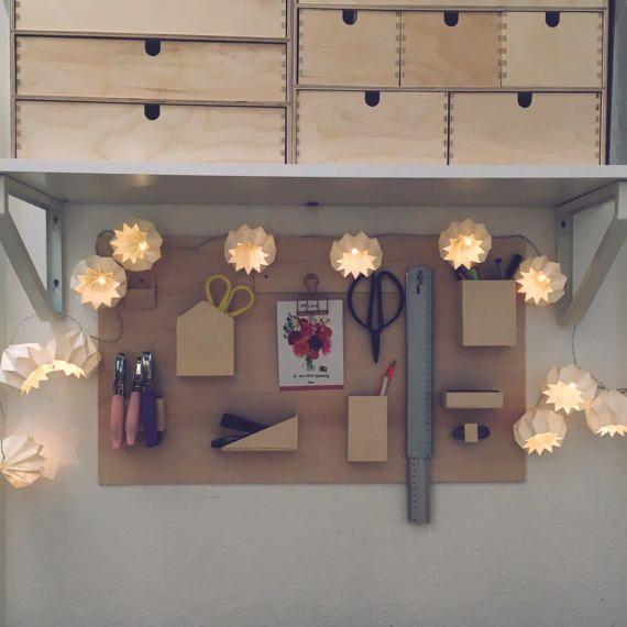 Nice Wunderbare Lichterkette mit zw lf handgefalteten wei en Origami Bl ten Die LED Lichterkette erzeugt ein warmes