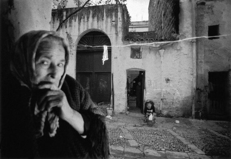 ferdinando scianna - italy, sicily, bagheria: woman in the old town.( forme del caos).