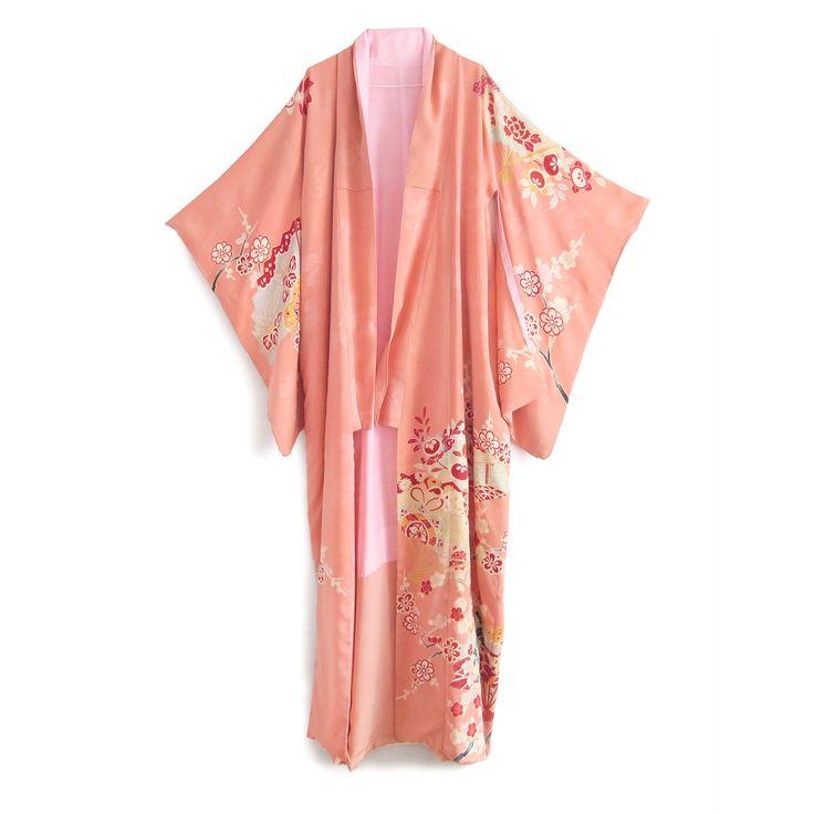 Hver og én af kimonoerne i kollektionen er et unikt stykke kunsthåndværk fra en anden tid… Hvert sting er syet i hånden. Selve tekstilerne er af en genuin høj kvalitet, hvor mønstre og teksture er skabt på basis af en mangfoldig variation af japanske craft teknikker som  f.eks. yuzen indfarvninger, damaskvævning, brokadesyninger, shibori mønstre og ikat vævninger, bl.a.. Det er den særlige sans for detaljen, farve kombinationer og teknik, der gennem tiderne har gjort japansk kunst...