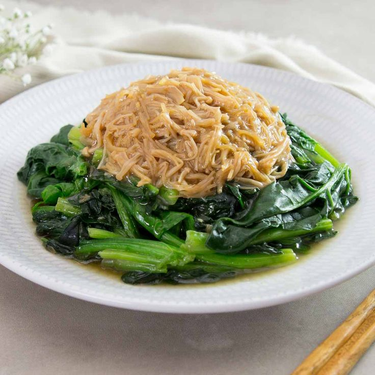 菠菜疏肝養血 Spinach with enoki mushroom and dried scallop sauce  春天特別適宜多吃,淋上瑤柱金菇芡汁,特別美味。