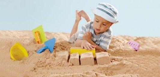 Vau, nyt rakennetaan hiekkalinna kunnon välineillä! Hapen muuraussetillä pikku muurari pääsee töihin. Hape / lastenverkkokauppa.fi