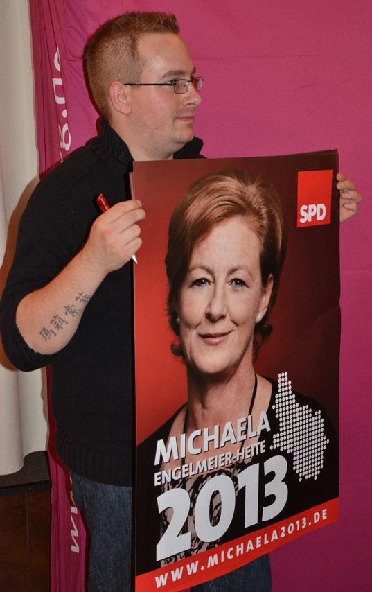 Björn Rimroth aus Radevormwald präsentiert das Plakat