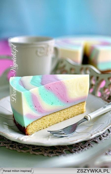 Zebra jogurtowa   Składniki: Ciasto ucierane:      125g masła     100g cukru     2 łyżeczki cukru waniliowego     2 jajka     100g mąki pszennej     30g mąki lub skrobi ziemniaczanej     1,5 łyżeczki proszku do pieczenia     1 łyżka mleka  Dodatkowo:      1 galaretka koloru czerwonego     1 galaretka koloru zielonego     1 galaretka koloru żółtego     500g jogurtu naturalnego     400g słodkiej śmietany 30- 36%  Sposób przygotowania:      Przygotować ciasto ucierane. Masło utrzeć z cukrem i…
