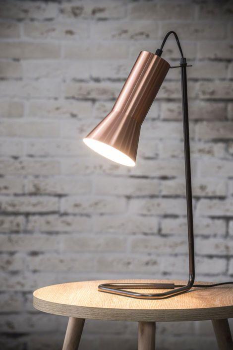 Lampe de  table avec pied métal noir en forme de triangle pour lui assurer une bonne stabilité, et abat-jour en laiton.    Hauteur 50 cm / Diamètre 22 cm / Ampoule E14