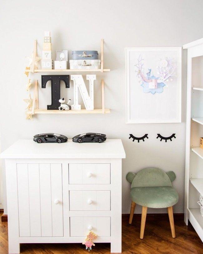 Комод с пеленальным столиком: как сделать нужную вещь стильной и обзор лучших дизайнерских предложений http://happymodern.ru/komod-s-pelenalnym-stolikom-44-foto-kak-sdelat-nuzhnuyu-veshh-stilnoj/ Небольшой деревянный комод, на котором с легкость можно разместить пеленальный столик