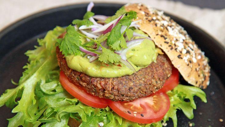 Burgere uten kjøtt, men med mye smak. Lise Finckenhagen serverer linseburger med avokadokrem, tomater og rødløk.