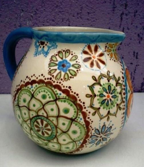 Jarra de ceramica, pintada a mão, nos tons: Azul Celeste, Laranja, verde e marrom. Ótimo para decorar sua mesa nos almoços em família, para servir seus convidados com graça e exclusividade!   Proporciona um toque original a sua decoração. Produto 100¢ artesanal. R$98,00