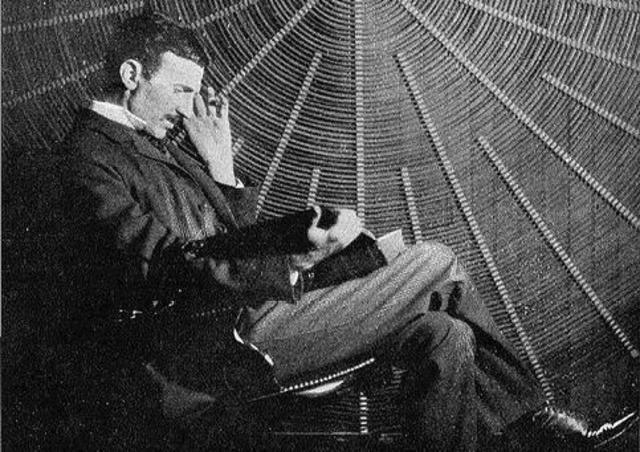 frases de Nikola Tesla. «Los científicos de hoy piensan en profundizar y no en esclarecer. Uno debe ser sensato para pensar con claridad, pero uno puede pensar con profundidad aún siendo un demente».