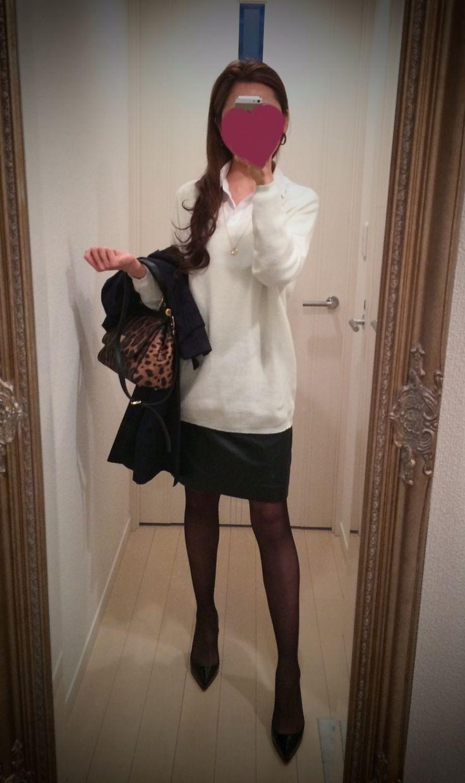 White blouse + black leather skirt + white sweater + black coat + black shoes + leopard print bag - http://ameblo.jp/nyprtkifml