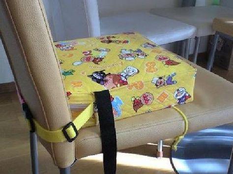 「牛乳パックで作る★子供のお食事クッション★」こどもが食事をする際に、大人の椅子の上に乗せて座面の高さを調節するものです。 汚れたらカバーは外して洗えます。 ベビーラックを卒業した子供に、キッズチェア・お食事クッションのどちらを購入するか迷いました。どちらにしろ買っても座ってくれないと困るので、ウチに余っていたものを使ってお試しで作ってみたら・・・意外と使えて、これで間に合ってしまいました。 [材料]キルティング/ファスナー/アクリルバンドなど/牛乳パック/段ボール等/クッションになるもの/ビニール/接着テープ(何でも可)/あればバックル