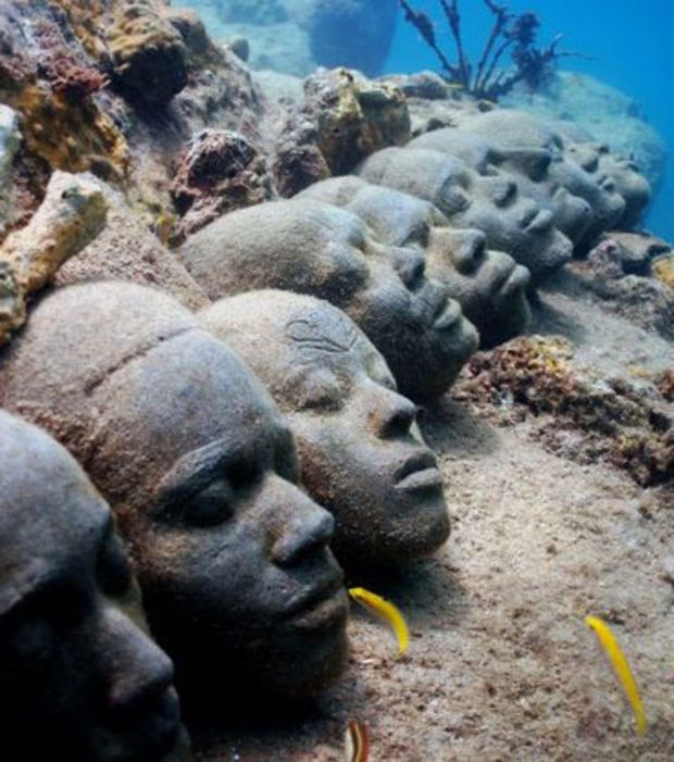 Sculpture sous-marine de Jason deCaires Taylor : Une rangée de visages humains en ciment, plongés ici en milieu marin