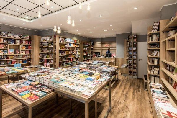 Weltbild gestaltet die Läden seiner MA-Marke Jokers um, den Anfang macht die neue Filiale in Düsseldorf. Der neue Auftritt setzt auf Naturtöne und warme Farben, soll dadurch Wertigkeit ausstrahlen. Zweitausendeins ist als Lieferant für Musik-CDs und Filme an Bord.