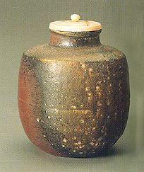 Yamamoto Toshu Katatsuki chaire (Katatsuki type tea caddy) Ash falling on the tea caddy during firing has turned into a glaze with a distinctive naturalistic patterning.