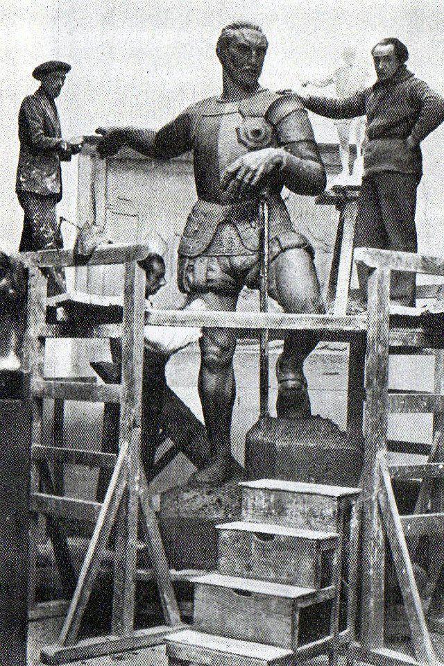 Victor Macho, escultor español, ajustando la emblemática estatua que sería empotrada en 1937 para celebrar un año después, los 400 años de fundación.Melómano CinéfiloFOTOS ANTIGUAS SANTIAGO DE CALI