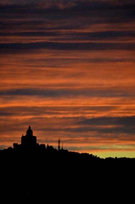 Bologna, Tramonto dietro San Luca, foto di Adriana Moretti