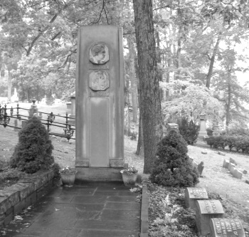 Mark Twain's grave marker in Woodlawn Cemetery, Elmira, New York in his wife's Langdon Family Plot.