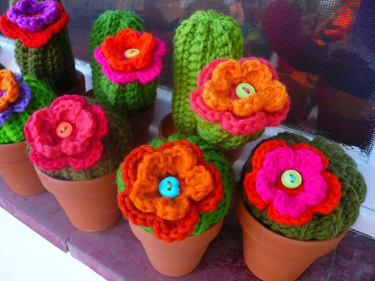 crochet flowers in pots :) so nice. these would be fun to put around the house along with all my real plants