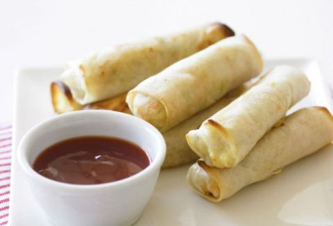 Φτιάξτε εύκολα λαχταριστά spring rolls με γλυκόξινη σάλτσα! (VIDEO)