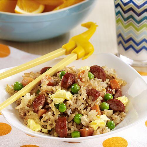 Arroz Frito con Salchichas: Sabrosa y rápida receta de arroz frito con trocitos de salchicha, guisantes, zanahorias y huevos Egg Beaters revueltos; ideal para una noche de entre semana