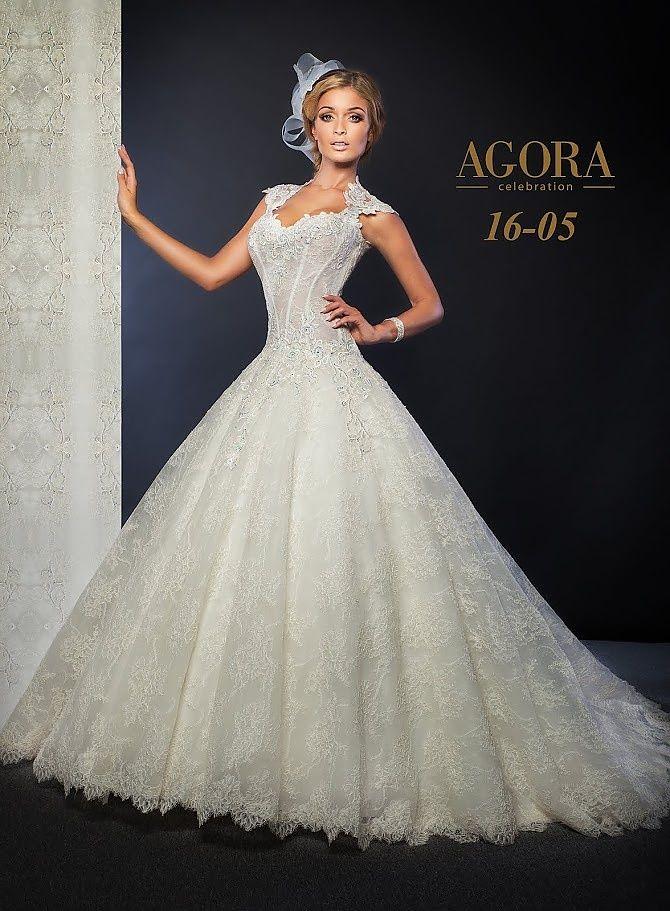 Agora 16-05, collectie 2016.  Een prinsessenmodel van Agora maar telkens helemaal anders. Bij deze trouwjurk is het lijfje iets langer, waardoor de rug zeer laag kan worden uitgesneden. De luxe kant waarmee de rug wordt omzoomd is ongekend mooi. Zeker ook met het doorzichtige weefsel waarmee de rug is bedekt. Ook de bovenlaag van de wijde rok is van een prachtige kant. #gipsy #schouderbandjes #exclusief #extravagant #agora #koonings
