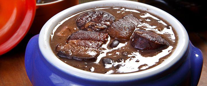 Brezilya'nın en ünlü lezzetlerinden biri olan Feijoada, genellikle dana ya da domuz etinin lezzetlendirdiği fasulyeli bir güveçtir. #Maximiles #food #yemek #yemekler #gurme #Brezilya #Feijoada  #güveç #seyahatrehberi #gezirehberi #lezzetliyemekler #lezzetlisunumlar #yemeksofraları #yemeksunumları #farklılezzetler