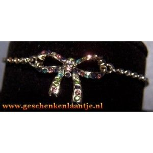 Mooie multicolor strik armband.   Strik is belegd met Swarovski elementen.   De armband is geschikt voor een polsmaat 16 t/m 20 cm € 5.45