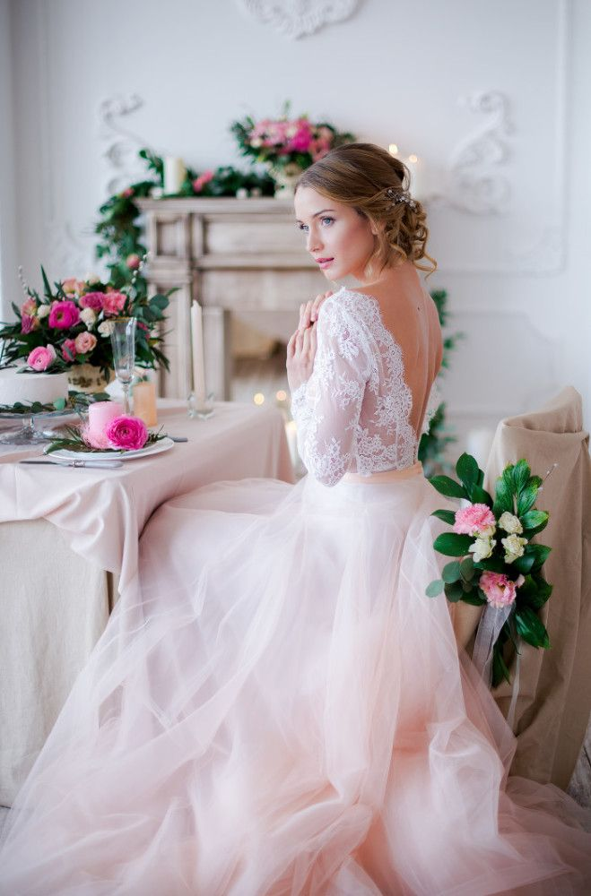 """Розовый и белый - два самых """"свадебных"""" цвета - сплелись вместе, чтобы рассказать вам сегодня удивительно нежную и прекрасную фотоисторию. Несмотря на карамельные оттенки, в этих кадрах нет приторности - только классическая элегантность, утонченность форм и линий и чистота фона. Всё это напоминает сладкий сон невесты: она прекрасна, как ангел, окружена цветами, одета в тончайшие кружева, а возле белоснежного рояля её ждет ОН - мужчина мечты и всей жизни. В этом сне продумана каждая деталь…"""