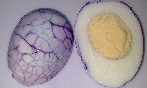 Huevo teñido con colorantes alimetnarios