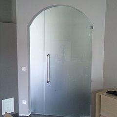 Glazen gebogen draaideur met vast zijpaneel