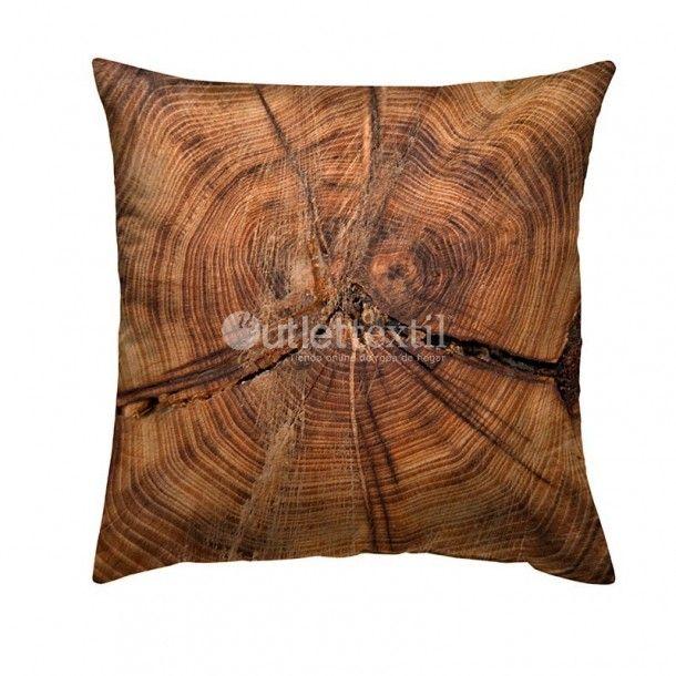Cojín Decorativo 9102 Zebra Textil. Impresionante funda de cojín de estampado digital que nos muestra de forma muy realista el corte de un tronco de árbol. Tienes a tu disposición el nórdico 9002 Zebra Textil a juego.