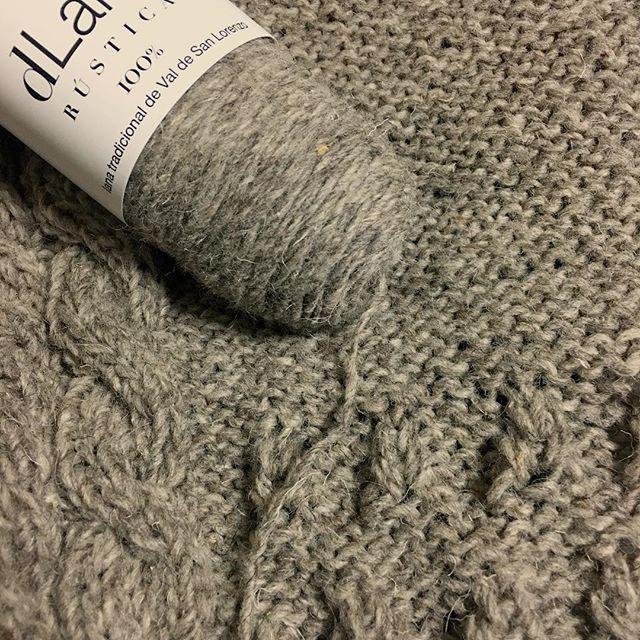 2016-12-17 3綛目にして中から糸が出ることに事に気づく……。😭 #dlana #編み物 #手編み #あみもの #amimono #knit #knitting #knitstagram #knittersofinstagram #handknit #handknitting #棒針編み #knittingaddict #instaknitters #knittersofig #igknitters #knittersoftheworld #ヨーロッパの手編み #カーディガン #cardigan #鳥古繰子