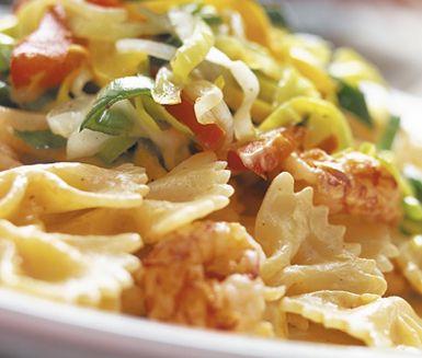 Kräftpasta med purjo och paprika, en krämig pastarätt som andas hav med kräftstjärtar och len crème fraiche. Den strimlade purjolöken och paprikan som du snabbt fräser ihop ger sötma och färg till kräftpastan som serveras varm.