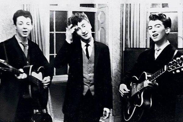 Paul McCartney, John Lennon y George Harrison, conocidos como los primeros integrantes de la banda los Beatles, empezaron a tocar en bodas en 1958, hasta volverse famosos.