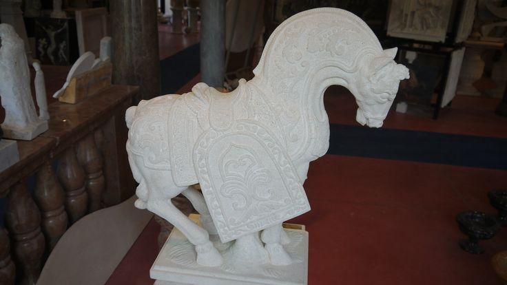 Scultura cavallo in pietra - http://www.achillegrassi.com/it/project/scultura-cavallo-in-pietra/ - Splendido esempio di scultura,in Pietra bianca di Vicenza, raffigurante un cavallo da battaglia delle armate romane.Da notare la cura dei dettagli delle decorazioni realizzati dai nostri abili scalpellini. Dimensioni:  70cm x 30cm x 75cm (H)