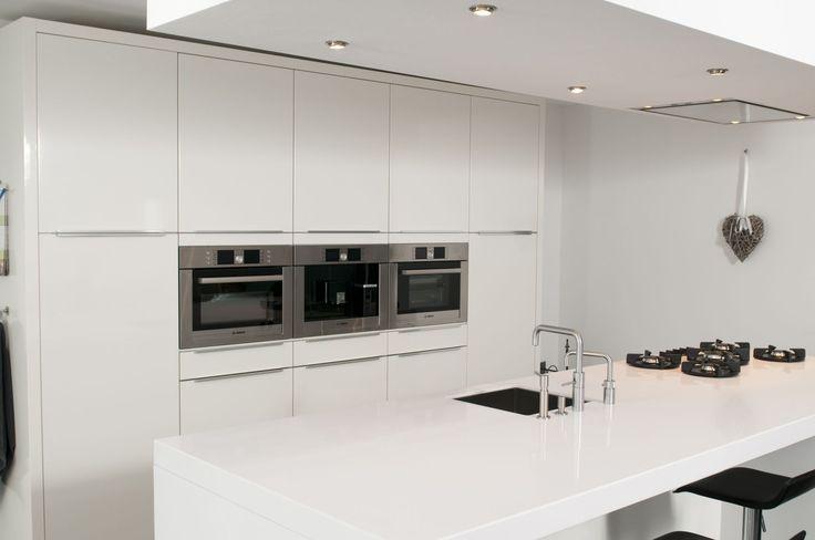 Moderne keuken met pitt-cooking en plafond unit! Kijk voor meer klantervaringen op onze website www.keukenstyle.nl! Bezoek onze nieuwe showroom in Drachten voor nog meer inspiratie!