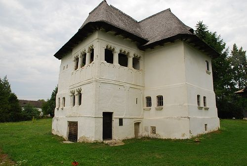 romanian typologies . fortified boyar houses: the so-called kule/cule