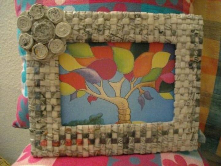 Portarretratos de papel periódico . Tomado de Reciclar es crear ...