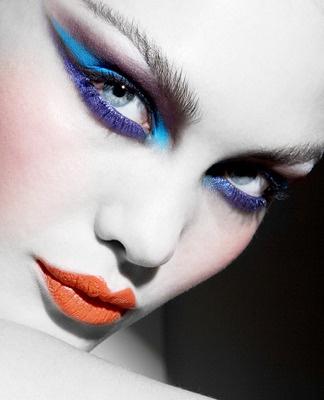 Fantasy e deciso, con colori freddi su viso e occhi e un caldo tono corallo sulle labbra.