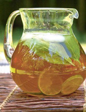 Что пить летом? Домашние рецепты: лимонад и имбирный эльа 8–10 порций:  Сахар тростниковый коричневый — 500 г Лайм — 6 шт. Вода — 2–2,5 л Базилик зеленый — 3 пучка
