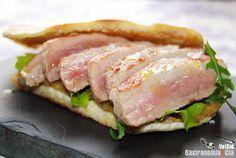 Bocadillo de secreto de cerdo en pan pita