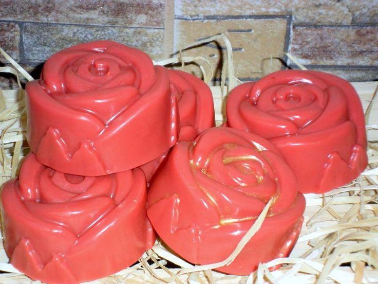 Sabonete Hidratante Barra de Rosas <br>Ele é um verdadeiro banho de rosas! <br>Produzido com base glicerinada branca hipoalergênica, lauril, essências de rosas vermelhas, pétalas brancas, rosa damascena e rosas do marrocos. Óleo de coco de babaçu (hidratante). <br>Enriquecido com extrato glicólico natural de germe de trigo <br>Propriedades: Contém vitaminas, aminoácidos, ácidos graxos. Tem ação anti-radicais livres; emoliente; hidratante; nutritiva; e regenerativa da pele. Reduz inflamações…
