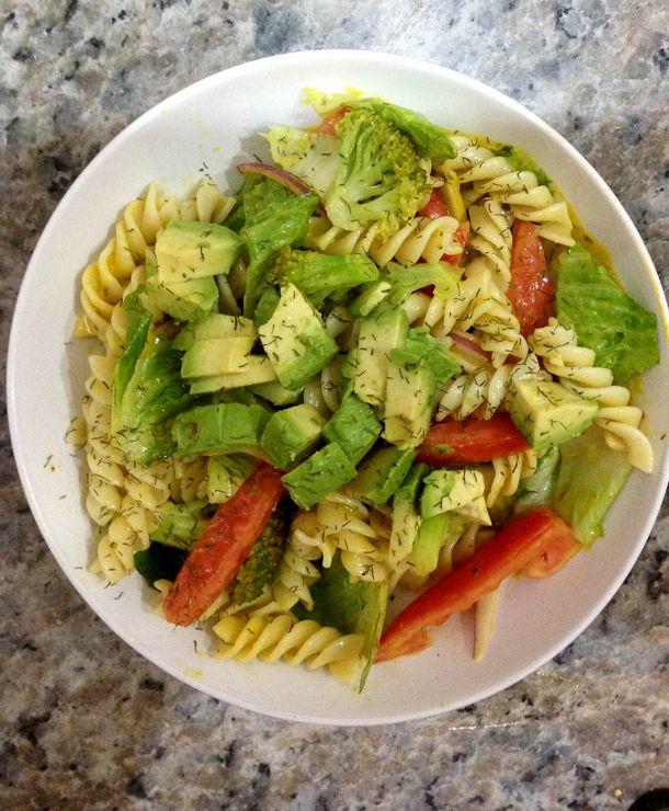 ensalada de pasta y vegetales.