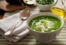 Vellutata di zucchine e piselli in verde