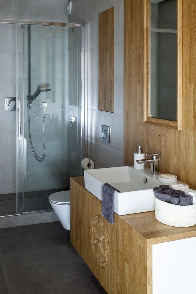 #bathroom #łazienka #Apartament w Zakopanem. Szara łazienka  z drewnianymi meblami w zakopiańskim stylu.   #greey #wood #furniture #mirror #furniture #interiordesigner #design #interior #projektowanie #wnętrz #aranżacja #architekt  Projekt http://tryc.pl/ Foto: Marcin Czechowicz Stylizacja: Marynia Moś Publikacja: M jak