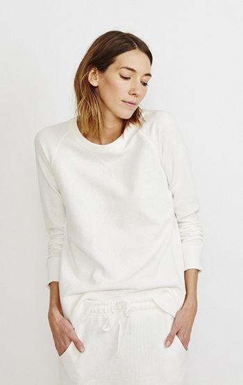 White sweatshirt, white pants - so simple