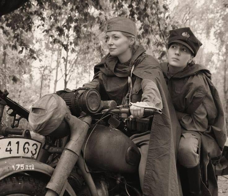 Soldats de femmes de Russie dans WW2, le premier est vêtu d'un uniforme russe ; la seconde porte un chapeau du contingent polonais dans l'armée soviétique. Ils sont conduisant une moto allemande capturée.