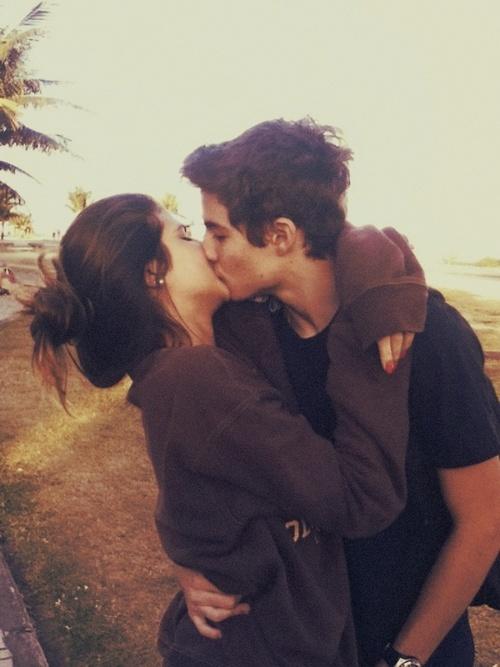 'um beijo sem um abraço é como uma flor sem perfume..