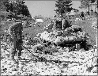 22feb45-monte della torraccia soldato esamina terreno mine detector