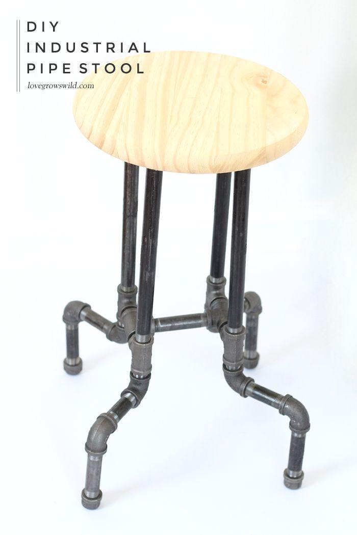 Saiba como fazer estes incríveis DIY industrial da tubulação Tamboretes para a sua cozinha ou escritório com nenhuma ferramenta necessária!  Clique para obter detalhes em LoveGrowsWild.com