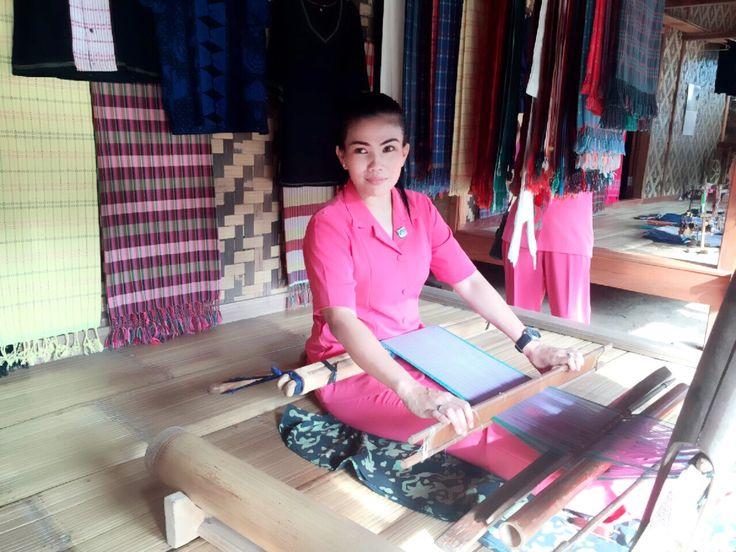 Belajar Menenun Kain Suku Badui Dalam Rangka Kunjungan Sosial ke Masyarakat Badui, Banten - Indonesia
